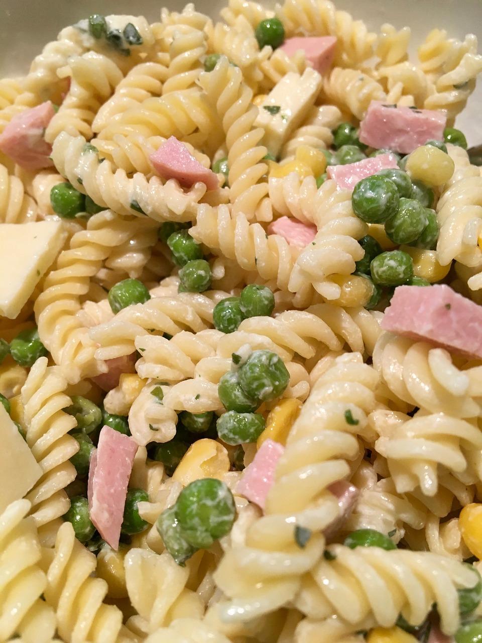 Udělejte si těstovinový salát s kuřecím masem