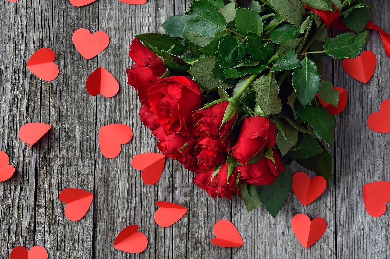 Kytice rudých růží pro ženu snů.