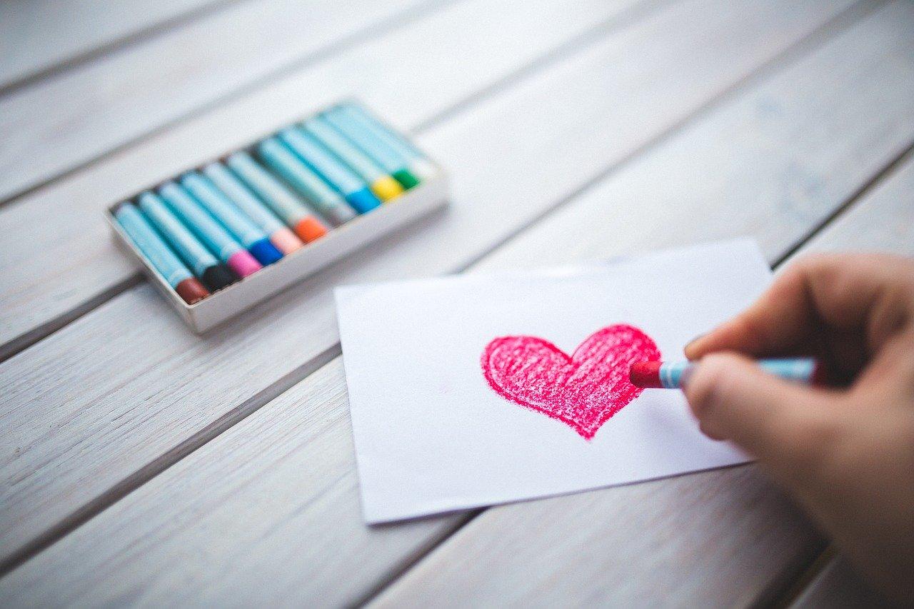 Vzkaz s nakresleným srdcem.